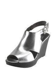 Metaliczne sandały na koturnie Karino